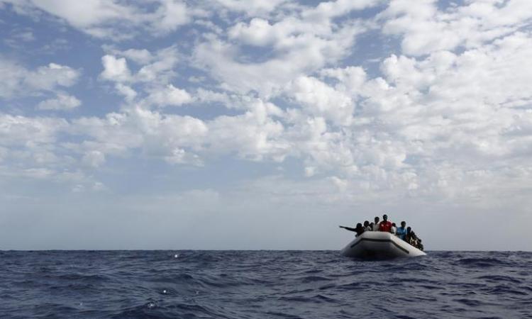 إيطاليا تعتقل ثلاثة مصريين بعد موت فتاة مريضة على قارب لتهريب البشر