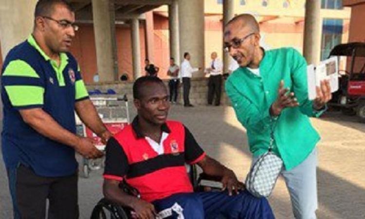 جون أنطوى يغادر مطار القاهرة على كرسى متحرك بسبب الإصابة