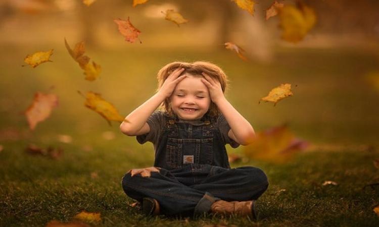 الطفل والخريف .. عندما تصور الأم ابنها مع مفردات الفصول !!