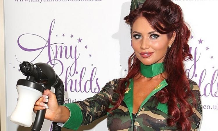 بالصور .. الجميلة إيمى تشايلدز تخطف الأنظار فى حفل National Lottery بلندن