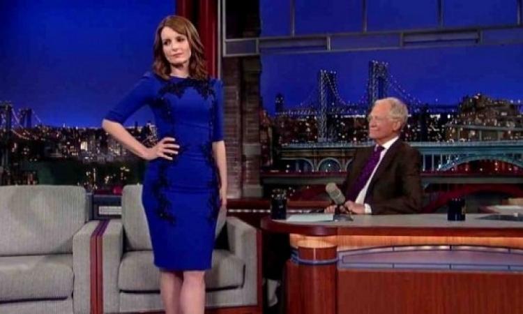 بالفيديو .. تينا فاى تخلع ملابسها على الهواء مباشرة فى The Late Show