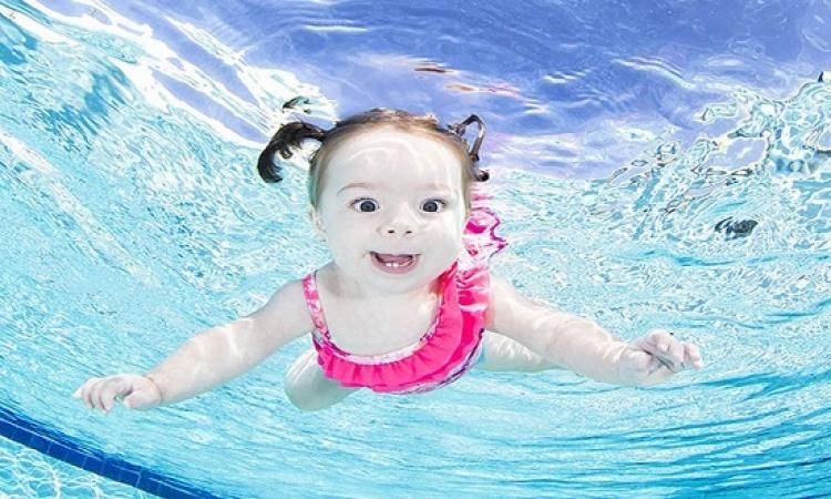 بالصور .. أطفال رضع يغوصون بمهارة تحت الماء .. لأ ومن غير عوامات ولا أكسجين !!
