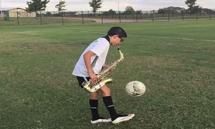 بالفيديو .. طفل مذهل يعزف ساكسفون وينطط الكرة .. فى نفس ذات الوقت !!
