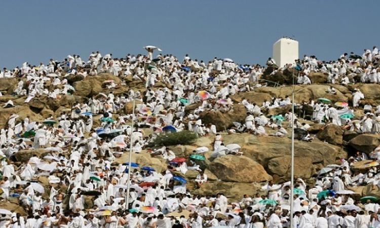 ضيوف الرحمن يتوافدون على صعيد عرفات الطاهر