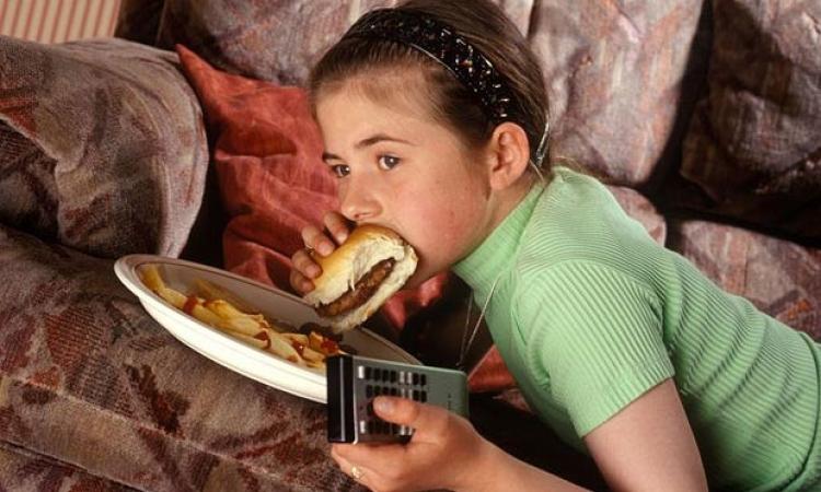 الجلوس أمام التلفزيون لفترات طويلة يؤدى لزيادة الوزن