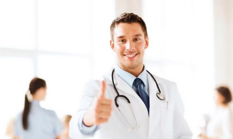 """بالفيديو.. طبيب سعودى """"مجنون"""" يثير ضجة بمواقع التواصل.. أصحاب العقول فى راحة!!"""
