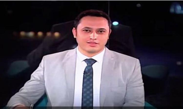 بالفيديو .. مذيع يخرج عن النص ويوجه رسالة رومانسية لزوجته على الهواء