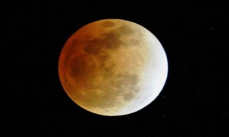 الأرض تنتظر خسوف  القمر