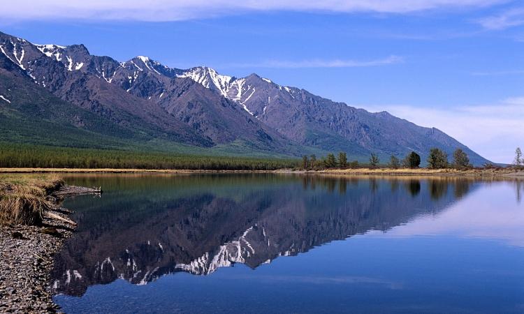 بحيرة بايكال الروسية .. لوحات الجليد على صفحة الماء
