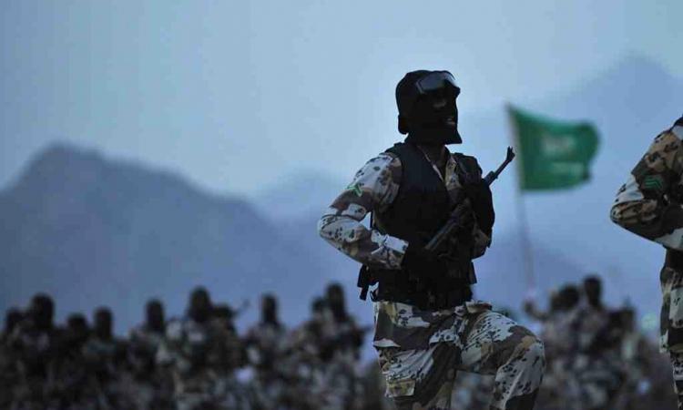 بالصورة.. جندى سعودى ينقذ زميله من لغم حوثى