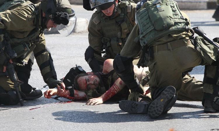 بالصور .. فلسطينى يجرى خلف جندى إسرائيلى ليطعنه