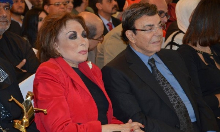 بالصور .. إطلالة صادمة للفنانة لبنى عبد العزيز .. الزمن له أحكام برده !!