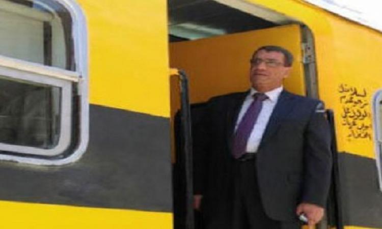 رئيس هيئة السكك الحديدية يتفقد محطة مصر فى جولة مفاجئة