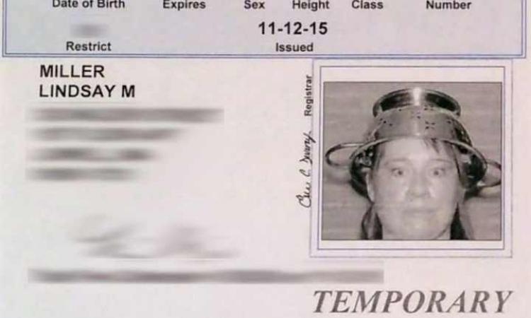 امرأة ترتدى مصفاة على رأسها .. فى رخصة القيادة !!