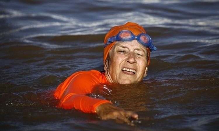 بالصور .. سفيرة هولندا تعبر النيل سباحة .. بسبب رهان !!