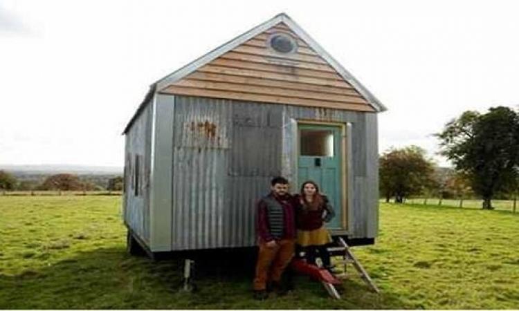 بسبب إرتفاع الإيجار .. زوجان يبنيان منزلهم بأنفسهم !!