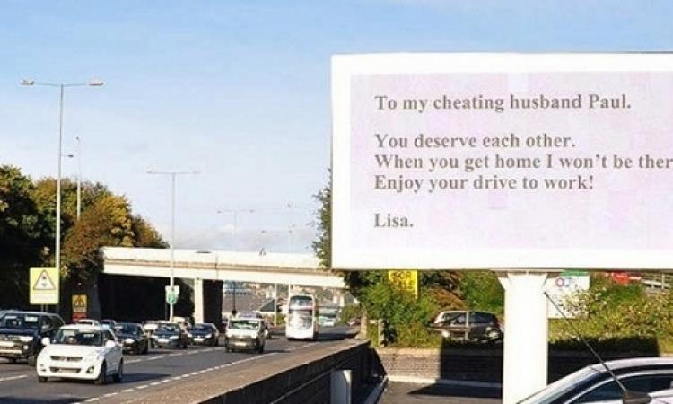 إمرأة تطلب الطلاق من زوجها الخائن بلافتة إعلانية ضخمة!!