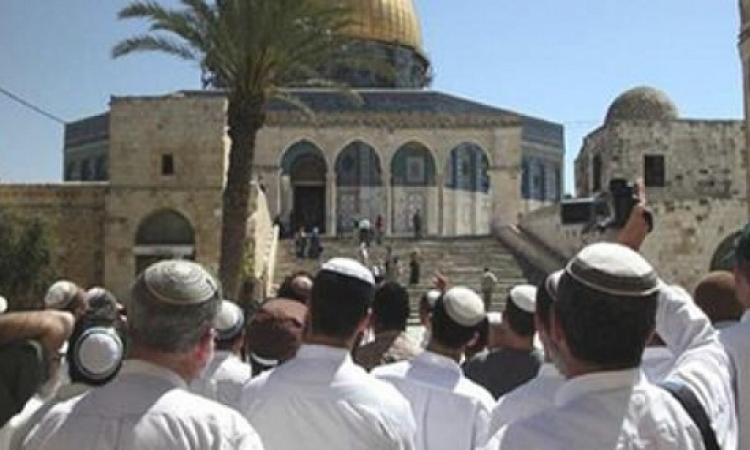 مستوطنين يهود يقتحمون ساحات المسجد الأقصى بحراسة جيش الاحتلال