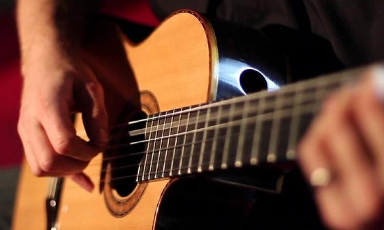 ابتكار جيتار يُعلّم العزف فى دقائق دون خبرة سابقة