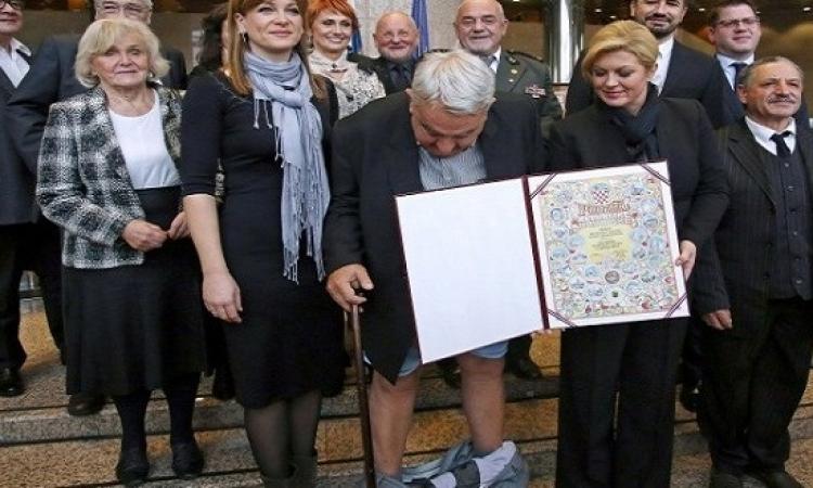 بالفيديو .. سقط بنطلونه أمام رئيسة كرواتيا .. احراج جامد !!