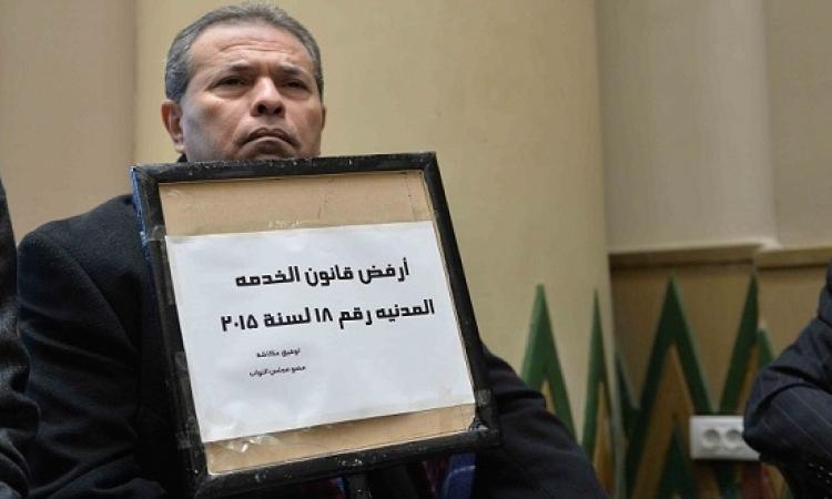 بالصور .. توفيق عكاشة يرفض الخدمة المدنية بلافتة
