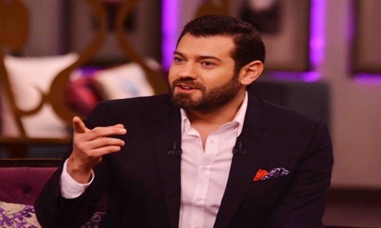 """بالصور.. عمرو يوسف ينشر البوستر الدعائى لـ """"عشم إبليس"""" على إنستجرام"""
