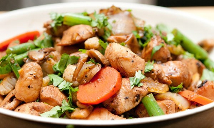طبق اليوم .. لسفرة مميزة دجاج بالخضار على الطريقة الصينية