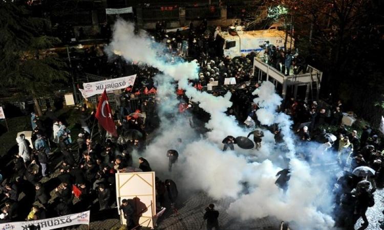 """الشرطة التركية تفرق بعنف محتشدين أمام مقر صحيفة """"زمان"""""""
