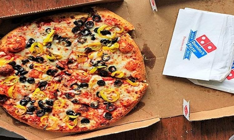 بالفيديو .. دومينوز يخزن البيتزا فى دورات المياه