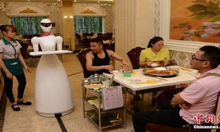 بالصور .. روبوت ذكى يعمل كنادلة فى الصين !!