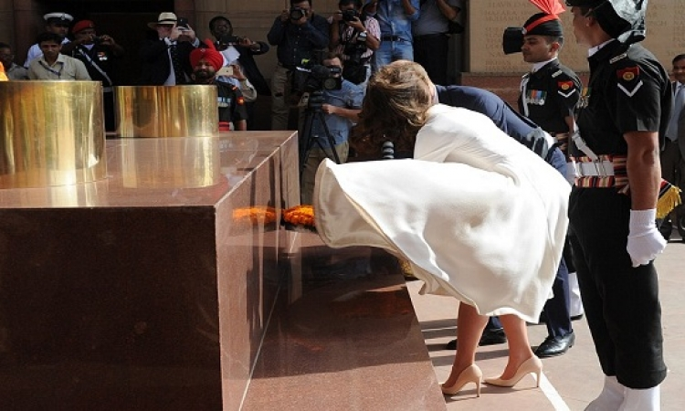 بالصور .. الهواء يداعب فستان كيت على طريقة مارلين مونرو !!