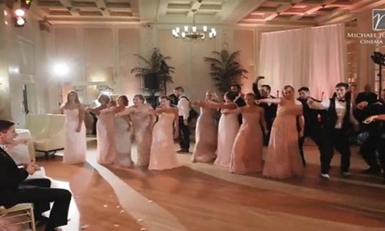 بالفيديو .. عروس وصديقاتها يشعلن حفل زفاف برقصة جماعية