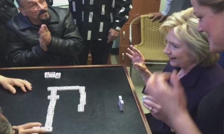 """بالفيديو.. هيلارى كلينتون تلعب """"الدومينو"""" على الطريقة المصرية"""