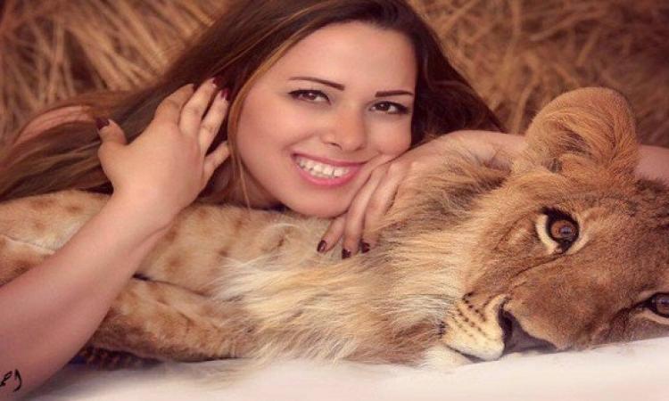 بالصور .. جلسة تصوير جريئة لأنوسة كوتة مع الأسد شيفا !!