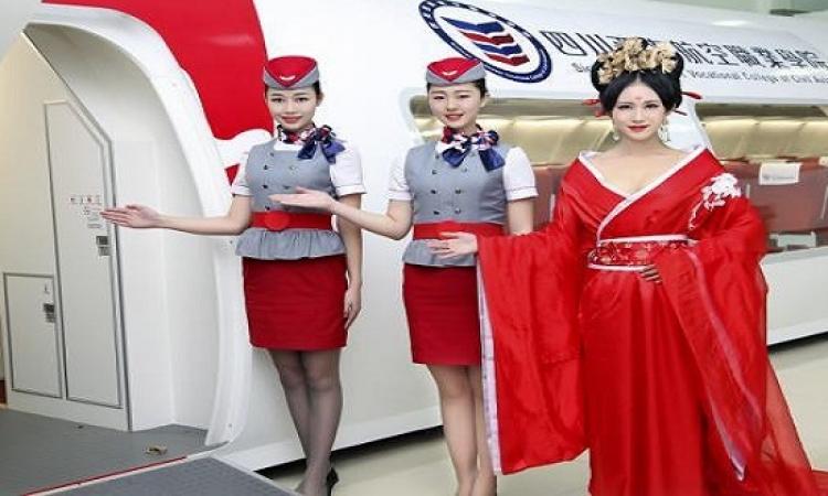 سر استقبال المضيفات للركاب على باب الطائرة ؟