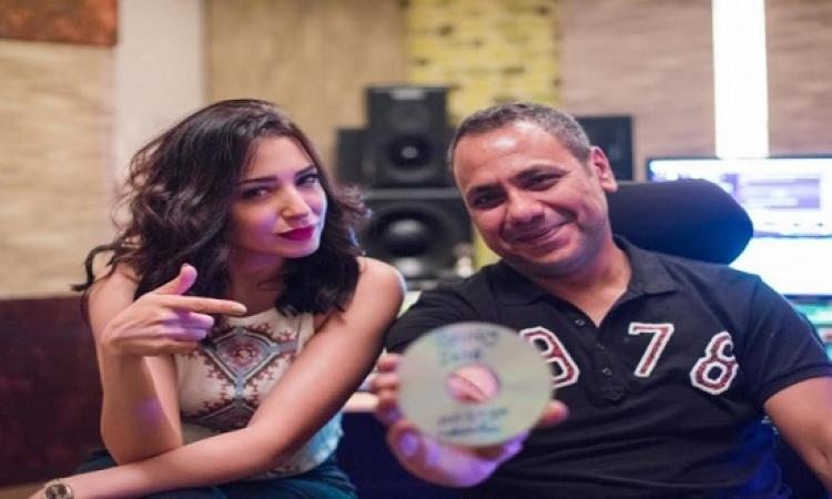 بالصور.. ساندى مع ماستر ألبومها باستوديو أمير محروس