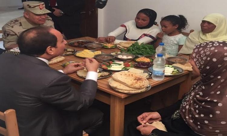 بالصور .. السيسى يتناول الإفطار مع أسرة بسيطة بغيط العنب