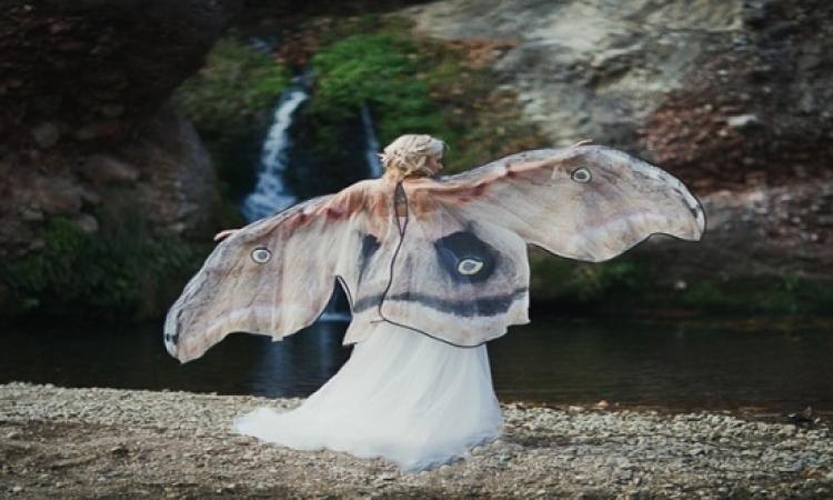 بالصور.. المرأة الفراشة تخطف أنظار الملايين