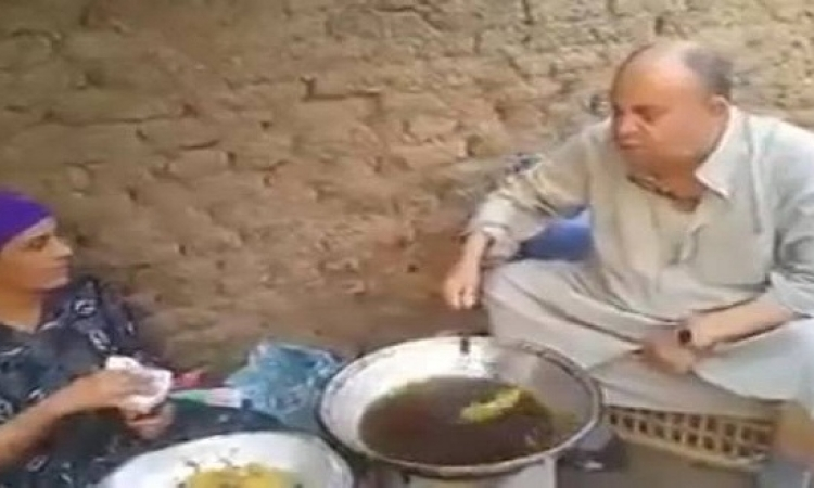 بالفيديو .. مبروك عطية يقلى طعمية مع سيدة بالشارع