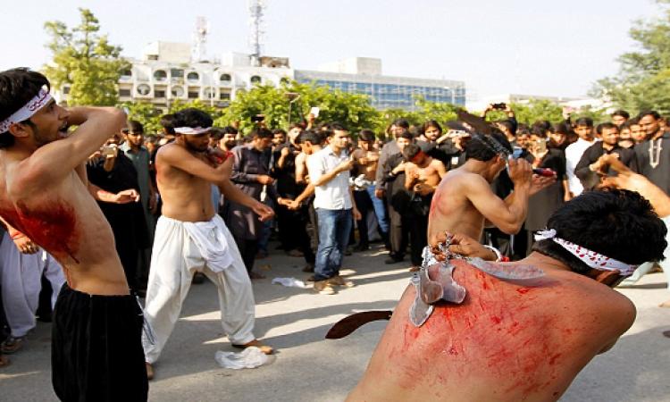 بالصور.. دماء وأجساد مقطعة فى احتفالات شيعة باكستان بيوم عاشوراء