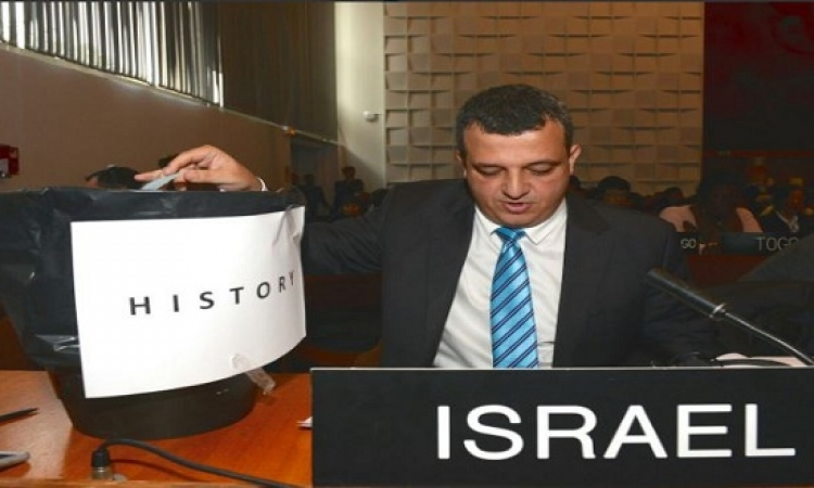 """بالصور.. السفير الإسرائيلى باليونسكو يستفز العرب ويلقى بقرار """"القدس"""" فى الزبالة !!"""