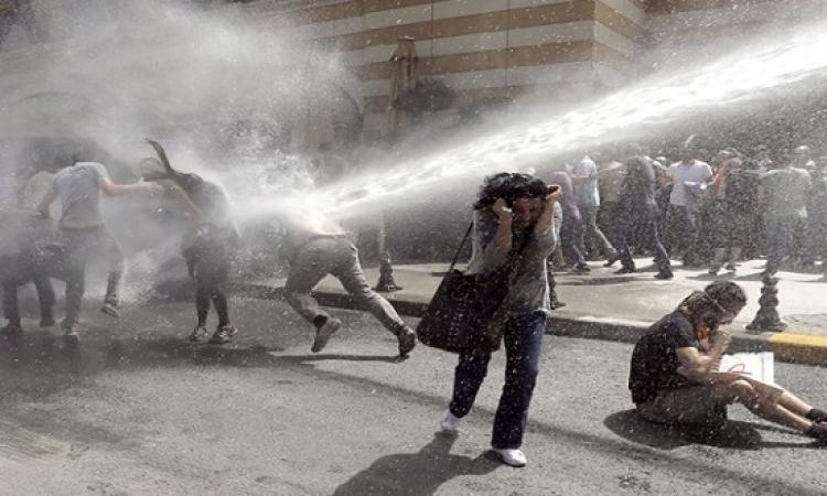 الشرطة التركية تستخدم القوة لتفريق محتجين على توسيع سلطات أردوغان