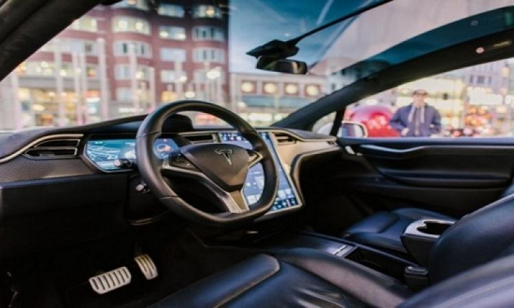 بالفيديو.. سيارة ذكية دون سائق تتجنب حادثا بطريقة مثيرة