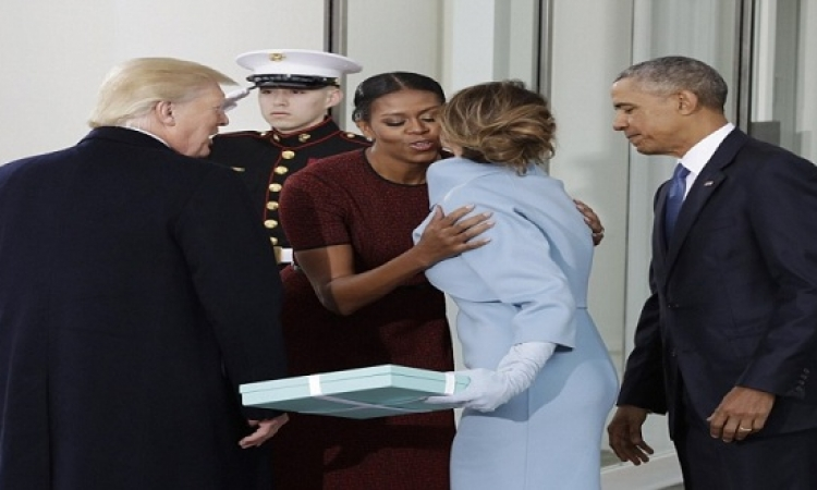 بالفيديو.. هدية ميلانيا ترامب تضع ميشيل أوباما فى ورطة