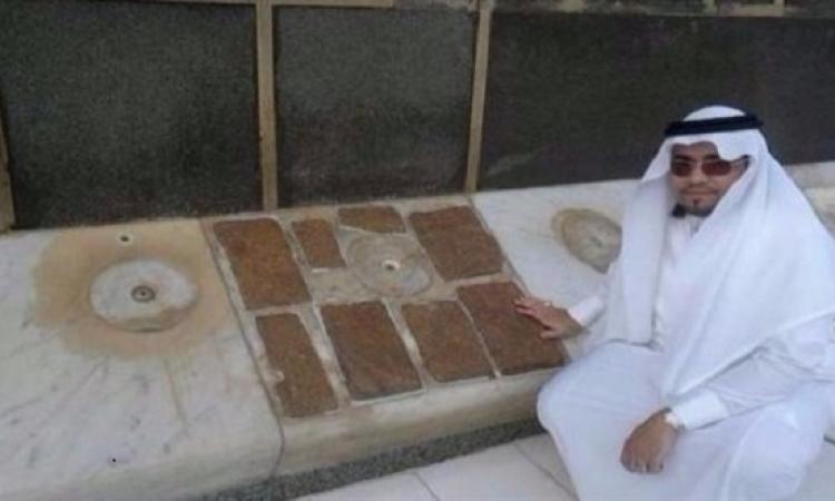 باحث سعودي يكشف سر قطع المرمر الثمانية بجوار باب الكعبة
