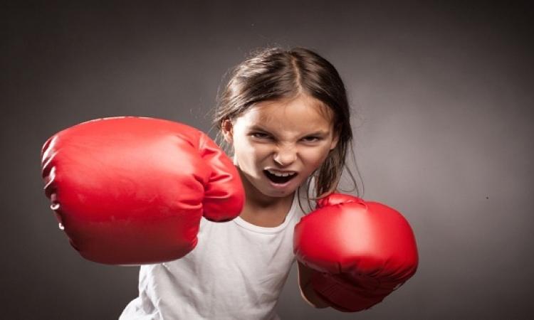 بالفيديو.. طفلة تمارس الملاكمة مع الأشجار بقبضتيها العاريتين