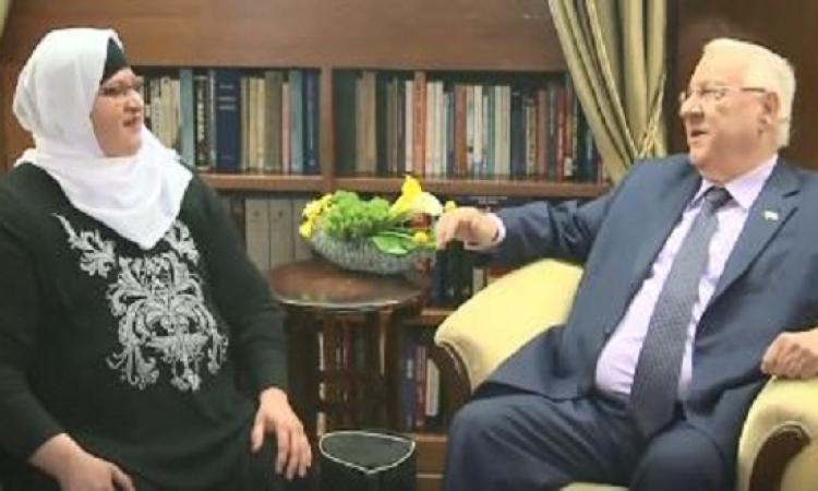 """بالصور.. الرئيس الإسرائيلى """"يطبل"""" فى منزل أسرة عربية"""