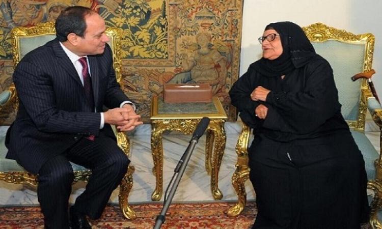 بالصور .. الرئيس يلتقى بالسيدة سبيلة التى تبرعت بكامل ثروتها لصندوق تحيا مصر