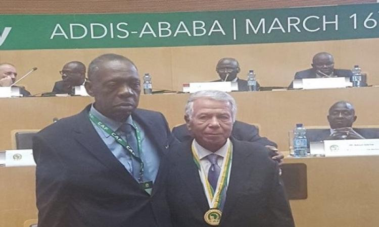 الاتحاد الإفريقى لكرة القدم يكرم حسن حمدى بوسام الاستحقاق الذهبى