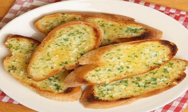 طريقة عمل الخبز الفرنسى بالثوم